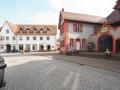 angrenzendes Wirtshaus und Rathaus