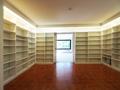 Bibliothek neben Wohnzimmer