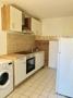 neue Einbauküche mit Geräten und Waschmaschine