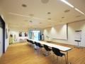 (S) In der Mitte geteilter Seminarraum mit modernster Hifi-Videotechnik und angrenzendem Stuhl- und Tisch-Lager