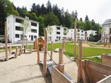 Blick vom Spielplatz auf die Häuserreihe