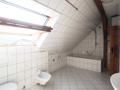 Badetimmer mit Wanne, WC, Bidet, Doppelwaschbecken und Waschmaschinenstellplatz