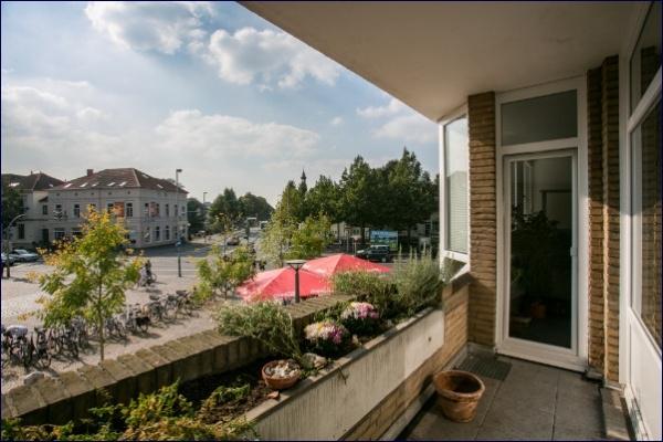 Balkon mit Blick auf den Julius-Mosen-Platz