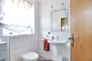 Badezimmer mit Dusche im Erdgeschoss