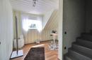 Arbeitszimmer mit Treppenaufgang ins Dachgeschoss