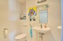 Teilansicht Badezimmer mit Dusche im Obergeschoss