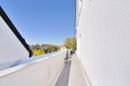 seitliche Verbindung zwischen Balkon und überdachter Dachterrasse