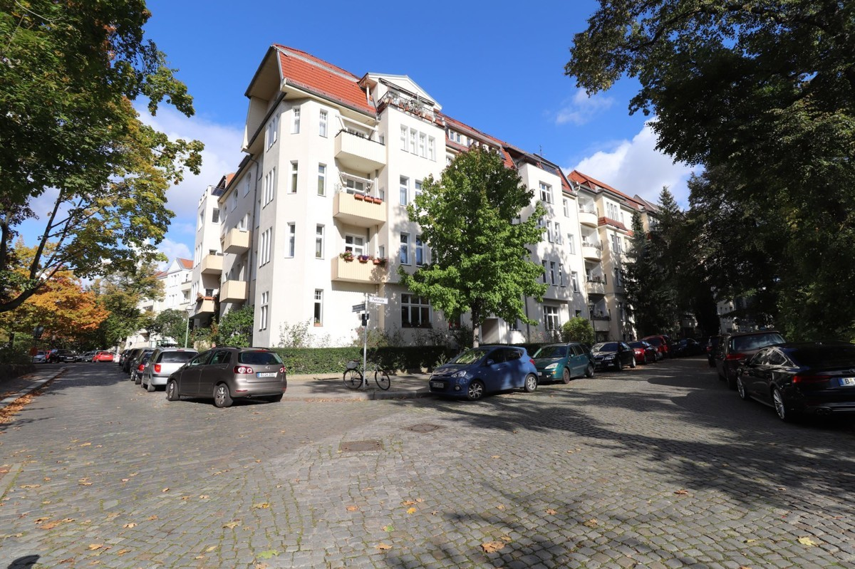 Beautiful Spacious 2 Room Apartment with Additional 52m² Working Space Included.