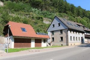 Garage und Wohnhaus