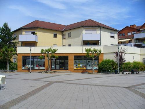 Ladengeschäft mit großen Fenstern