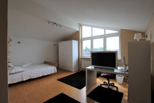 Zimmer 1 mit Bett - Sofa und Schränken