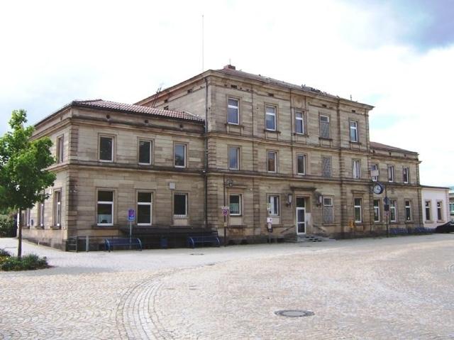 Bahnhofsgebäude mit Vorplatz