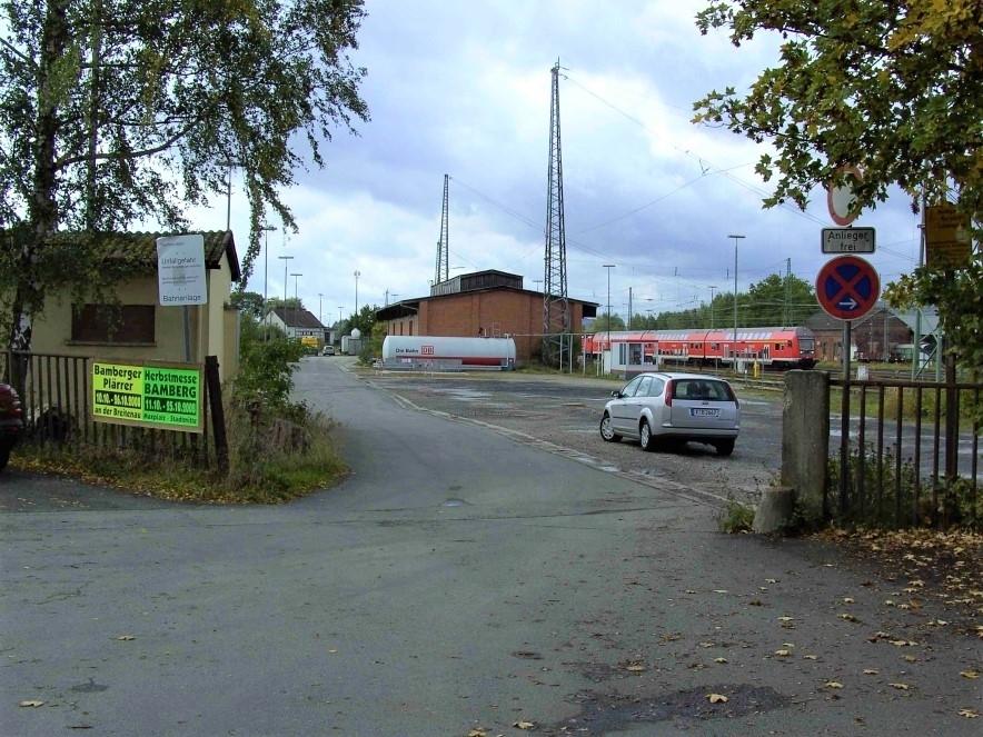 Zufahrt und Gebäude