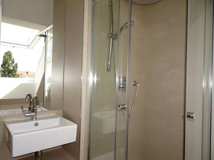 Dusche im Zimmer 2