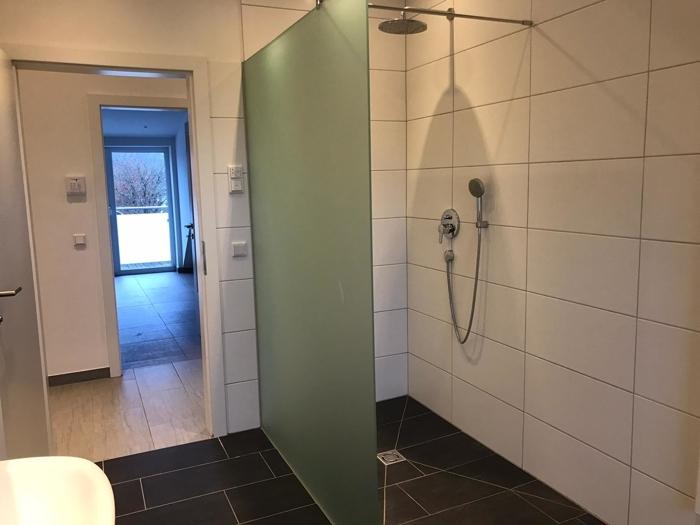 Bad mit Walk-in-Dusche u Badewanne