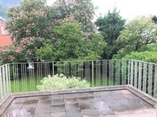 Terrasse mit Ausblick in den Garten