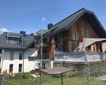Hausansicht und große Terrasse