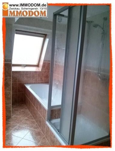 Bad mit Dusche, Wanne und Fenster