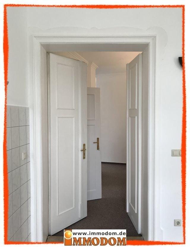 weiße schöne Türen mit Messinggarnituren