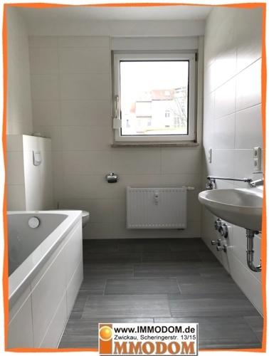 2. Bad mit Fenster und Wanne