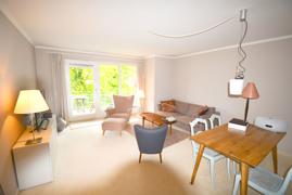Wohnzimmer mit direktem Balkonzugang