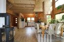 Blick zur offenen Küche mit Essbereich