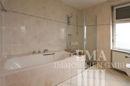 ... mit Badewanne und Dusche