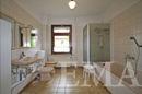 Bad im Erdgeschoss mit Badewanne & Dusche