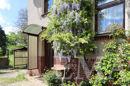 Hauseingang mit blühendem Blauregen