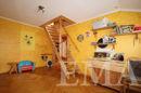 Zimmer mit Treppe zum Spitzboden