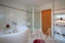 ... mit Dusche und Badewanne