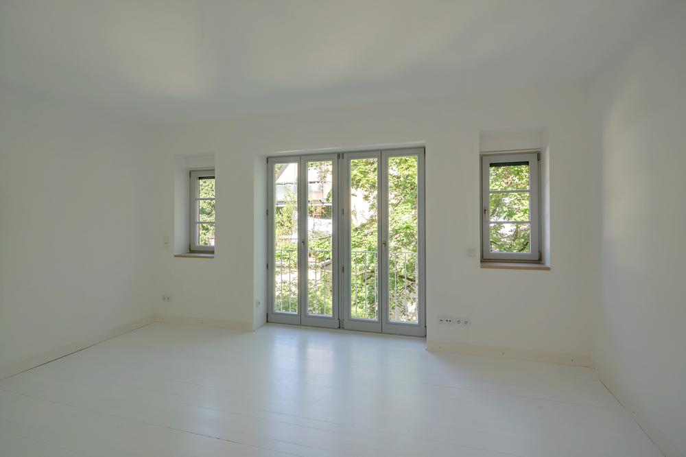 Schlafzimmer mit Doppelfenster