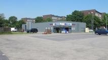 Gewerbehalle mit Parkplätzen.png