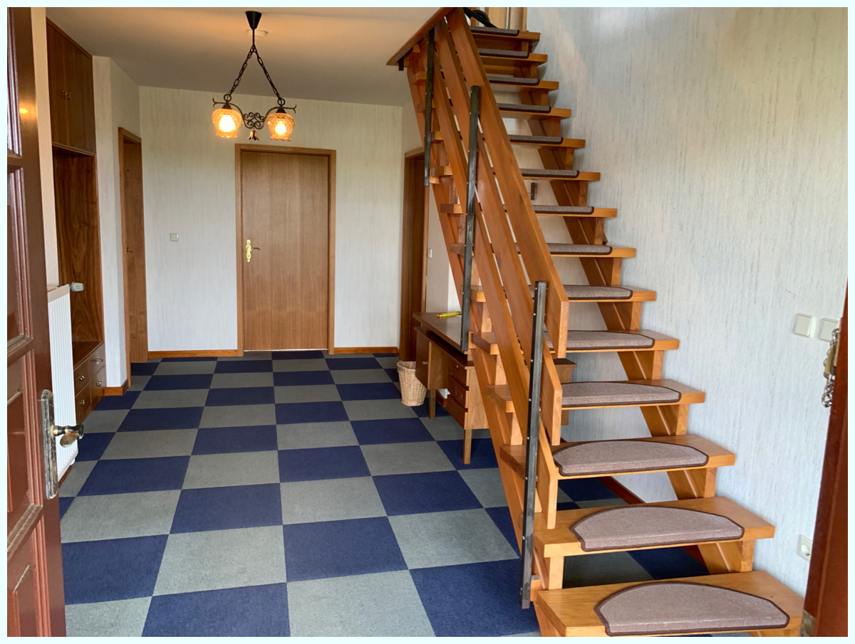 0608 Flur mit Treppe