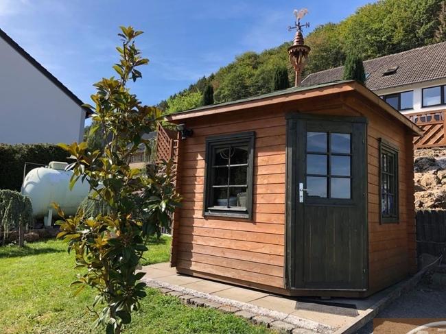 6 Gartenhütte
