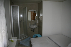 Schlafzimmer mit eigener Dusche