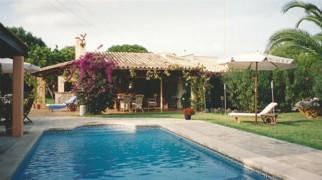 Blick über Pool auf das Haus