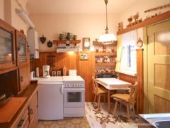 Küche mit Speisekammer
