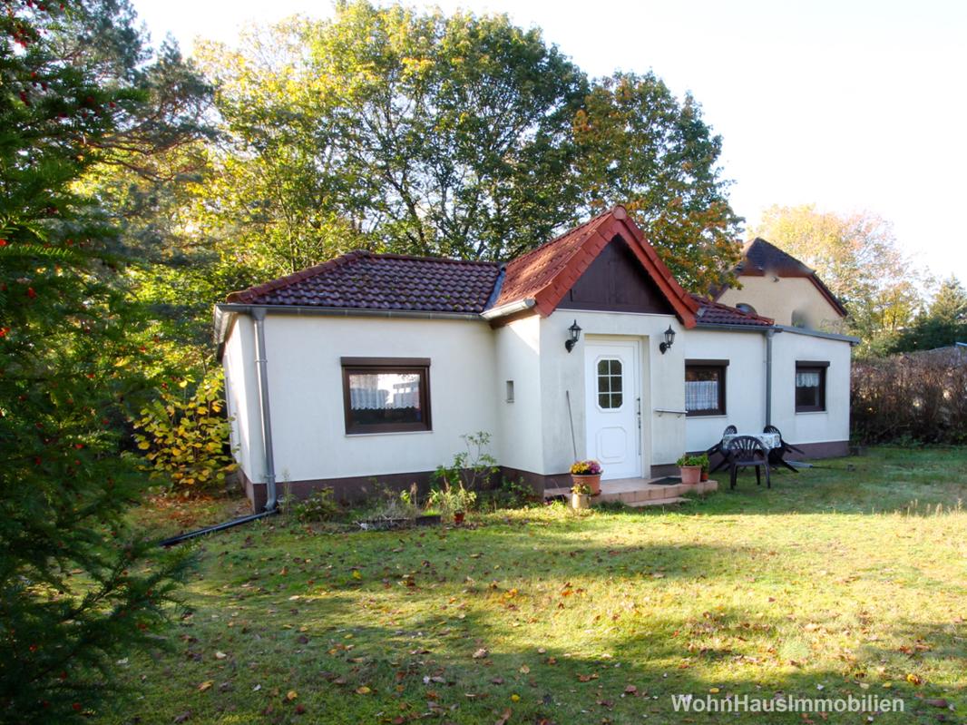 Ein kleines Haus am Rand des Grundstücks