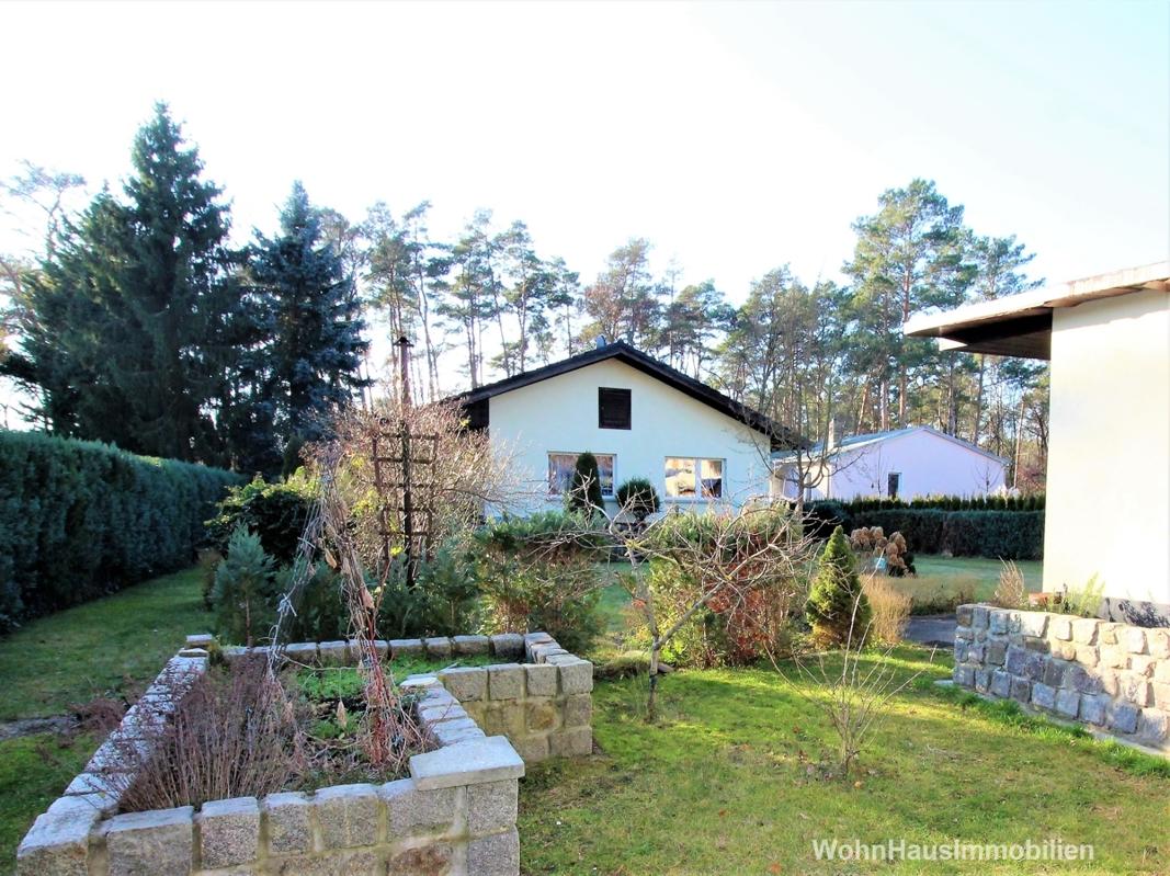 Hausrückansicht mit weitläufigem Garten
