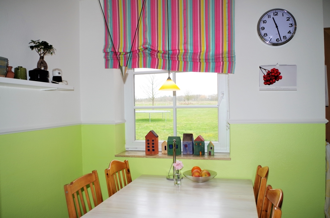 Küche - Esstisch mit Gartenblick
