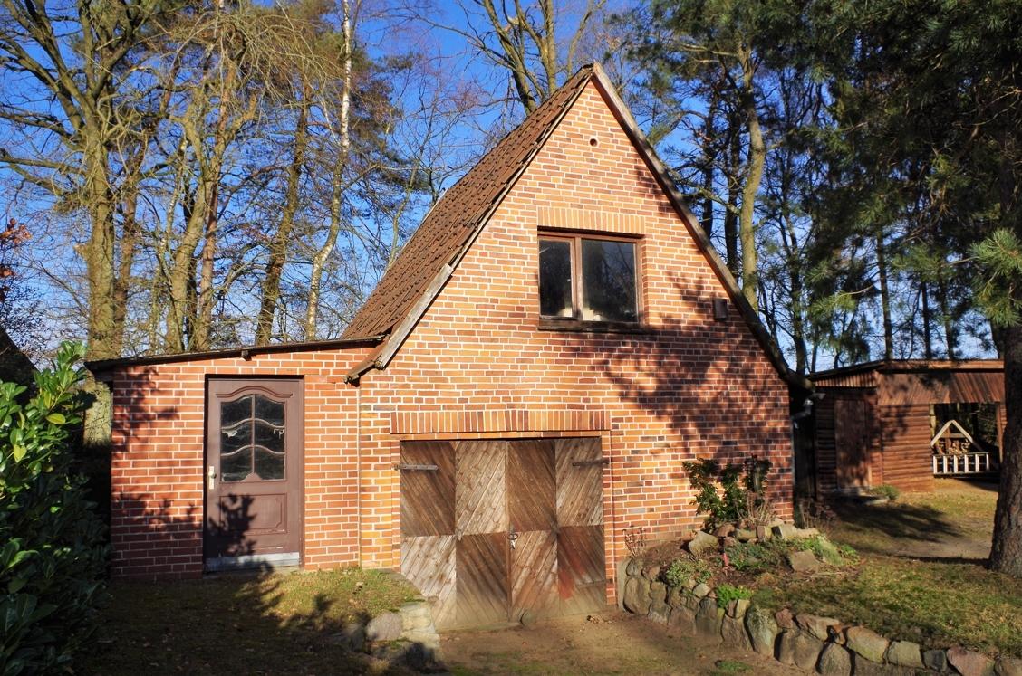 Nebengebäude mit Garage und Werkstatt