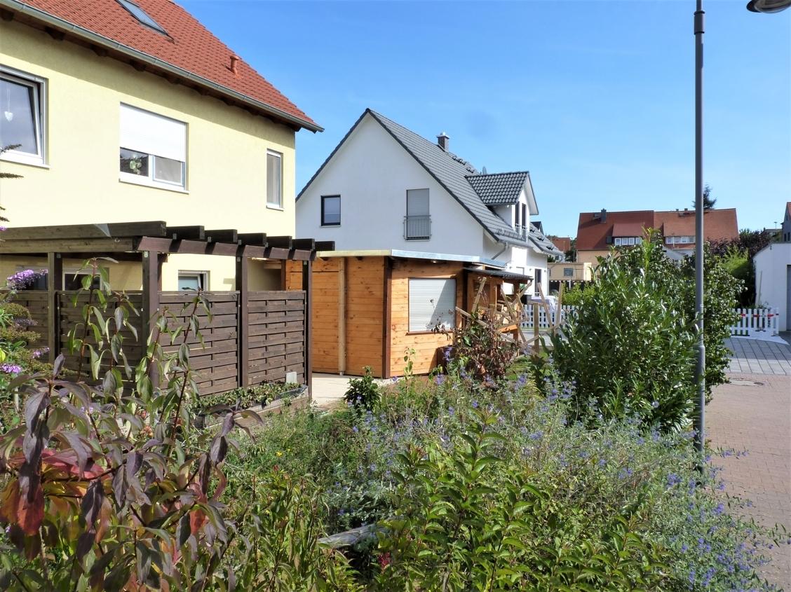 Garten mit Terrasse und Werkstatt