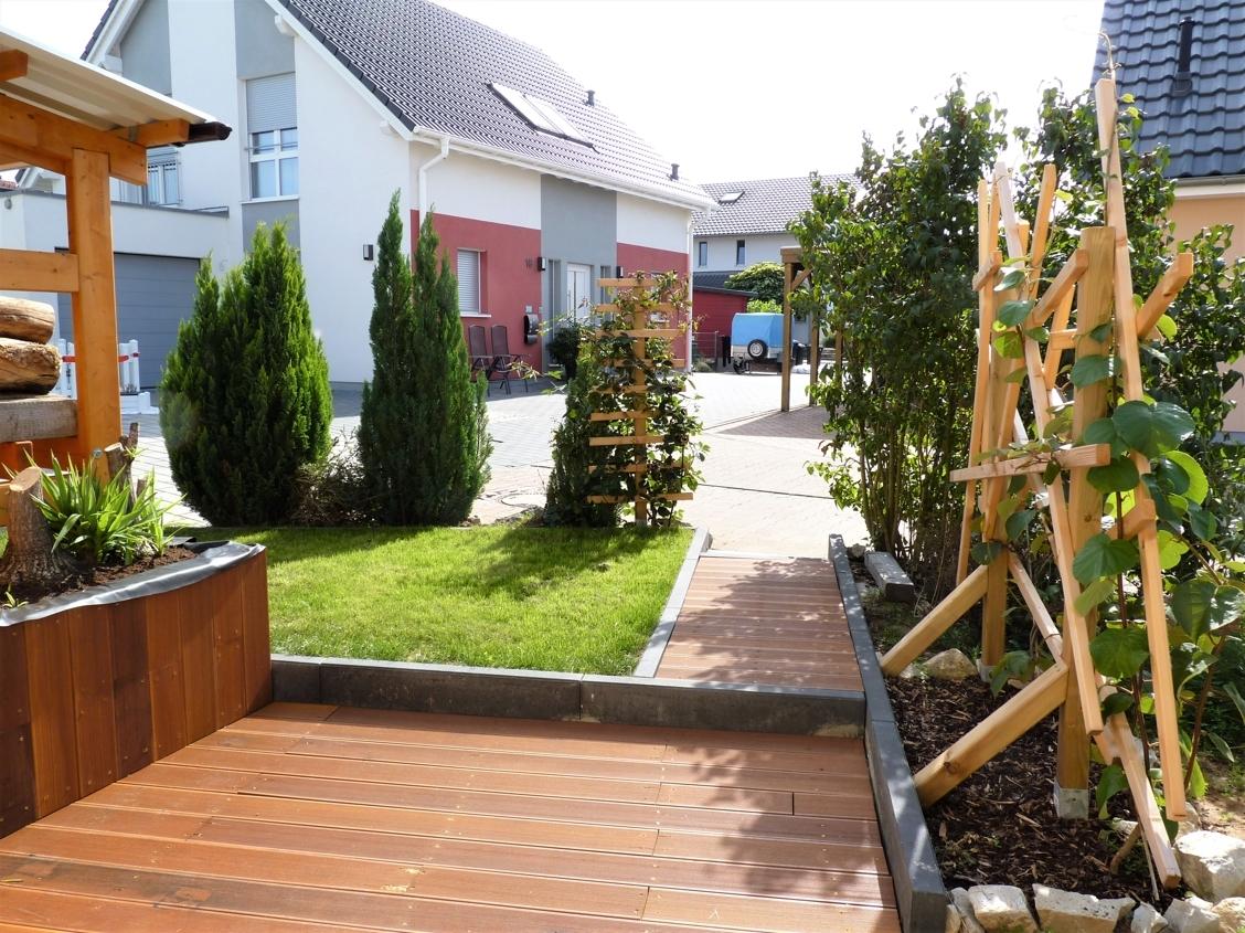 Gartenwege mit Bangkirai belegt