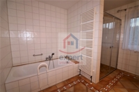 Badewanne und große Dusche
