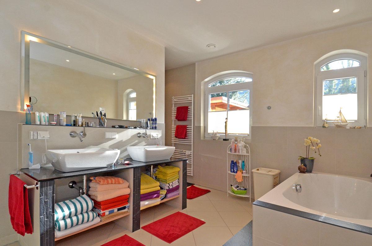 ... und Doppelwaschbecken mit Spiegel