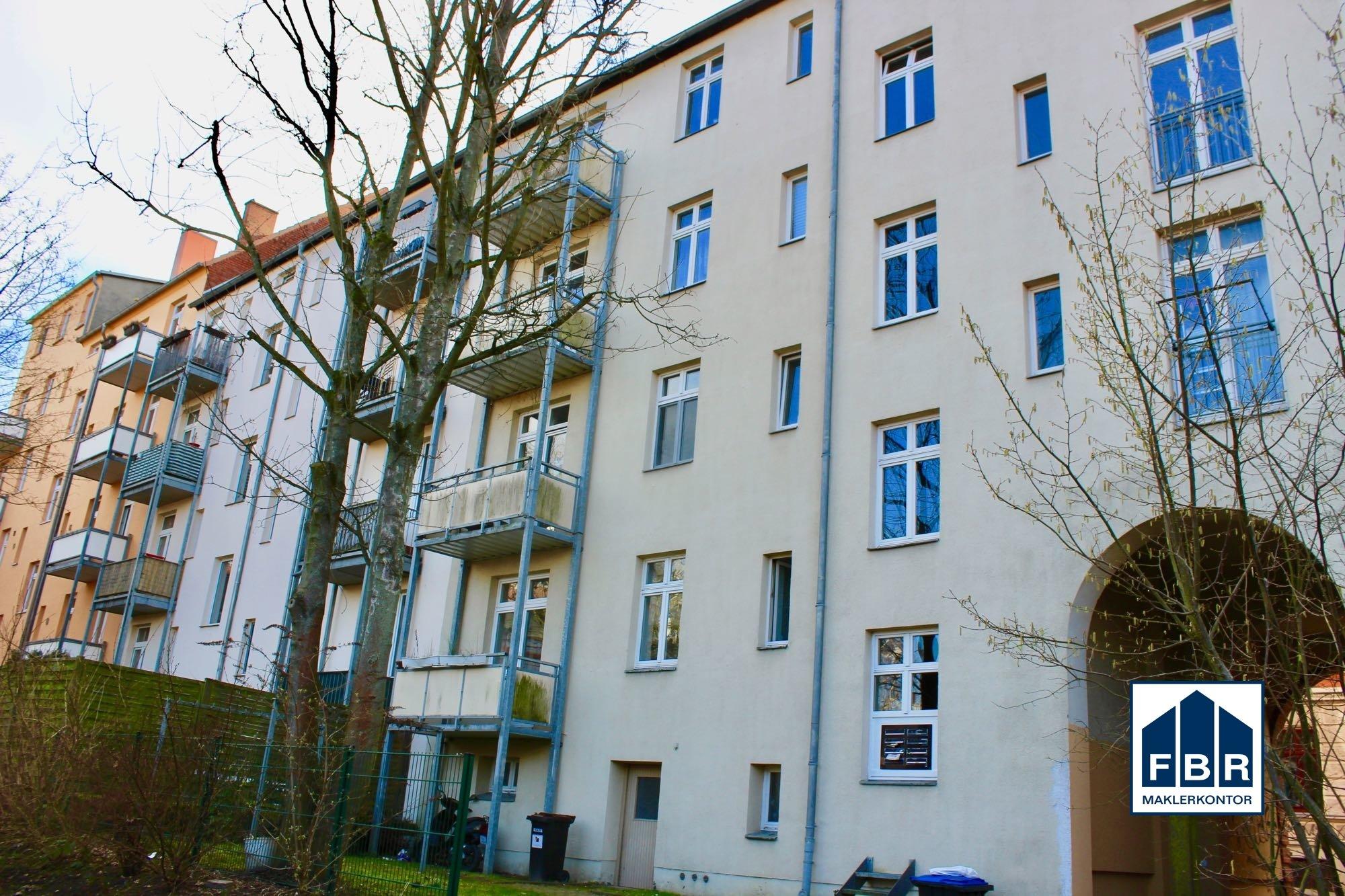 Blick auf das Wohnhaus mit Balkone