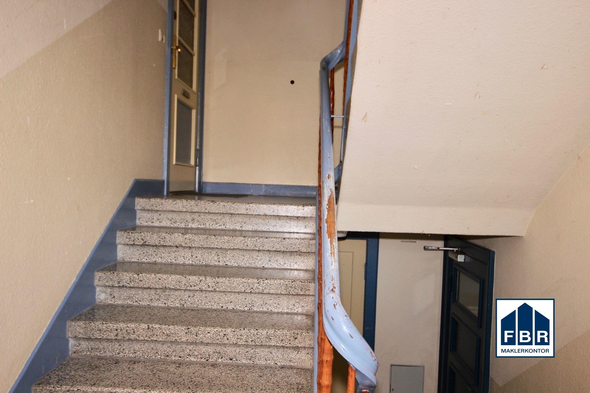 Treppenhaus mit Wohnungstür