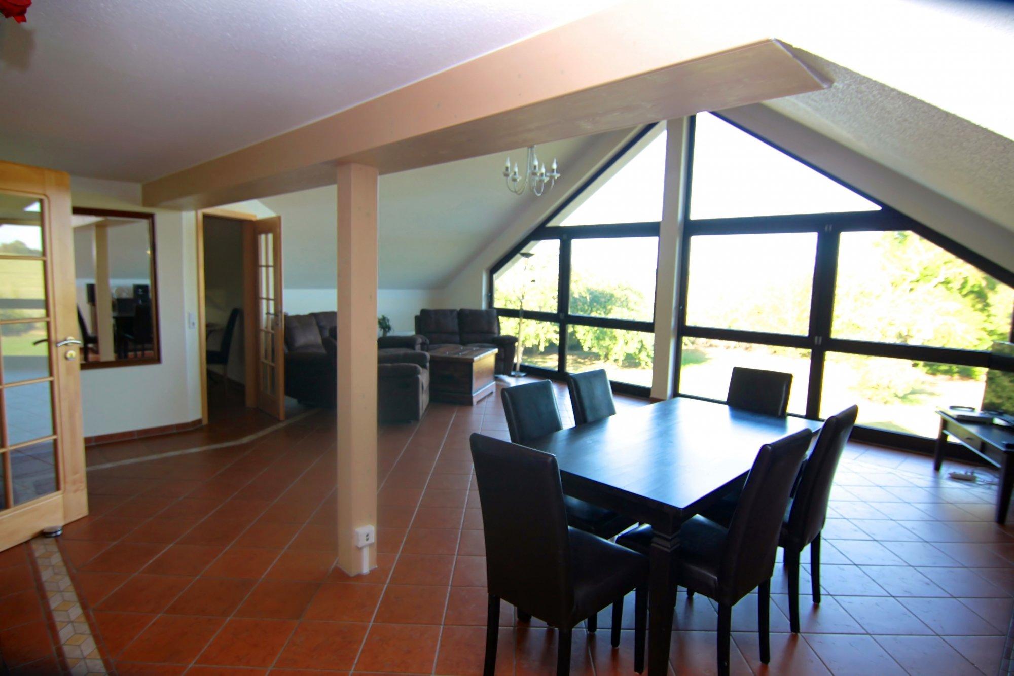 Wohnzimmer mit Glasfront im DG