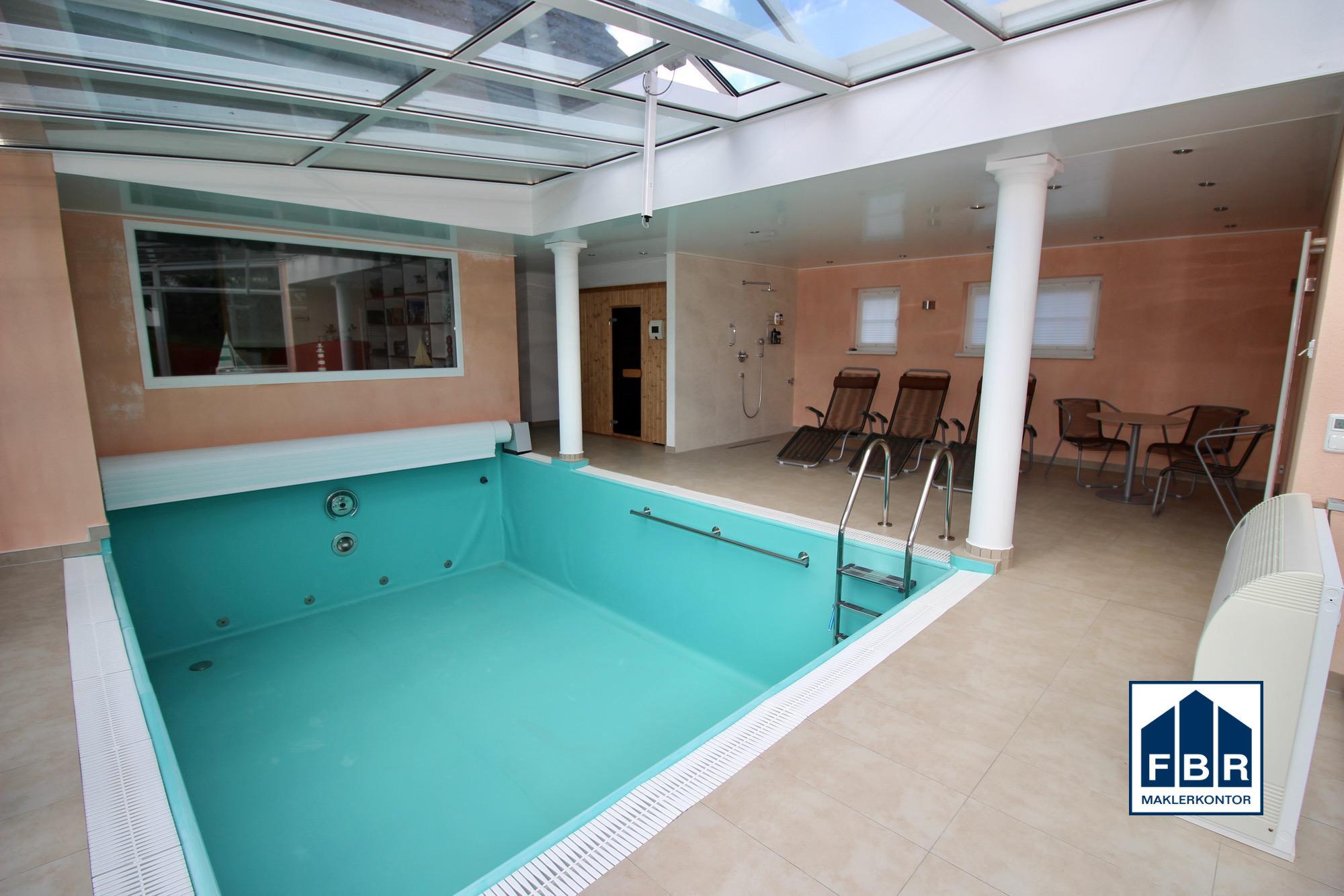 Schwimmbad mit Gegenstromanlage und Entspannungsbereich
